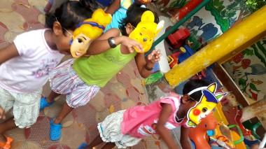 Giocare con le maschere a Shishu Bavan