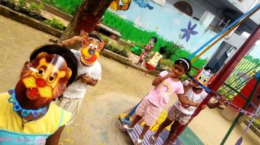 Giocare con le maschere a Shishu Bava