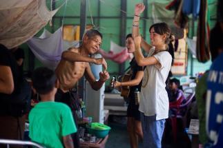 I volontari intrattengono i pazienti, ed approfittano dell'occasione per fargli fare movimento e attivare il corpo.