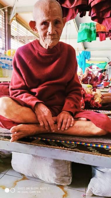 Un monaco ospite al terzo piano del Rainbow Hospital