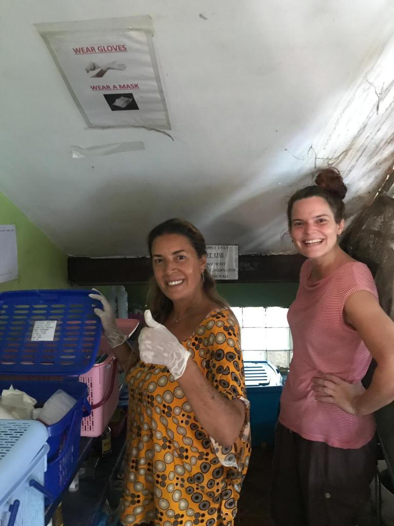 Cristina e Renata preparano i box per le medicazioni